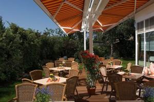 Hotel Landhaus Dierkow in Rostock - die Gartenterrasse mit Pavillon